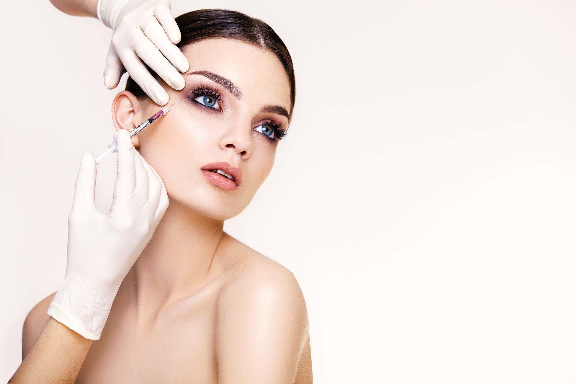 Podawanie kwasu hialuronowego kobieca twarz