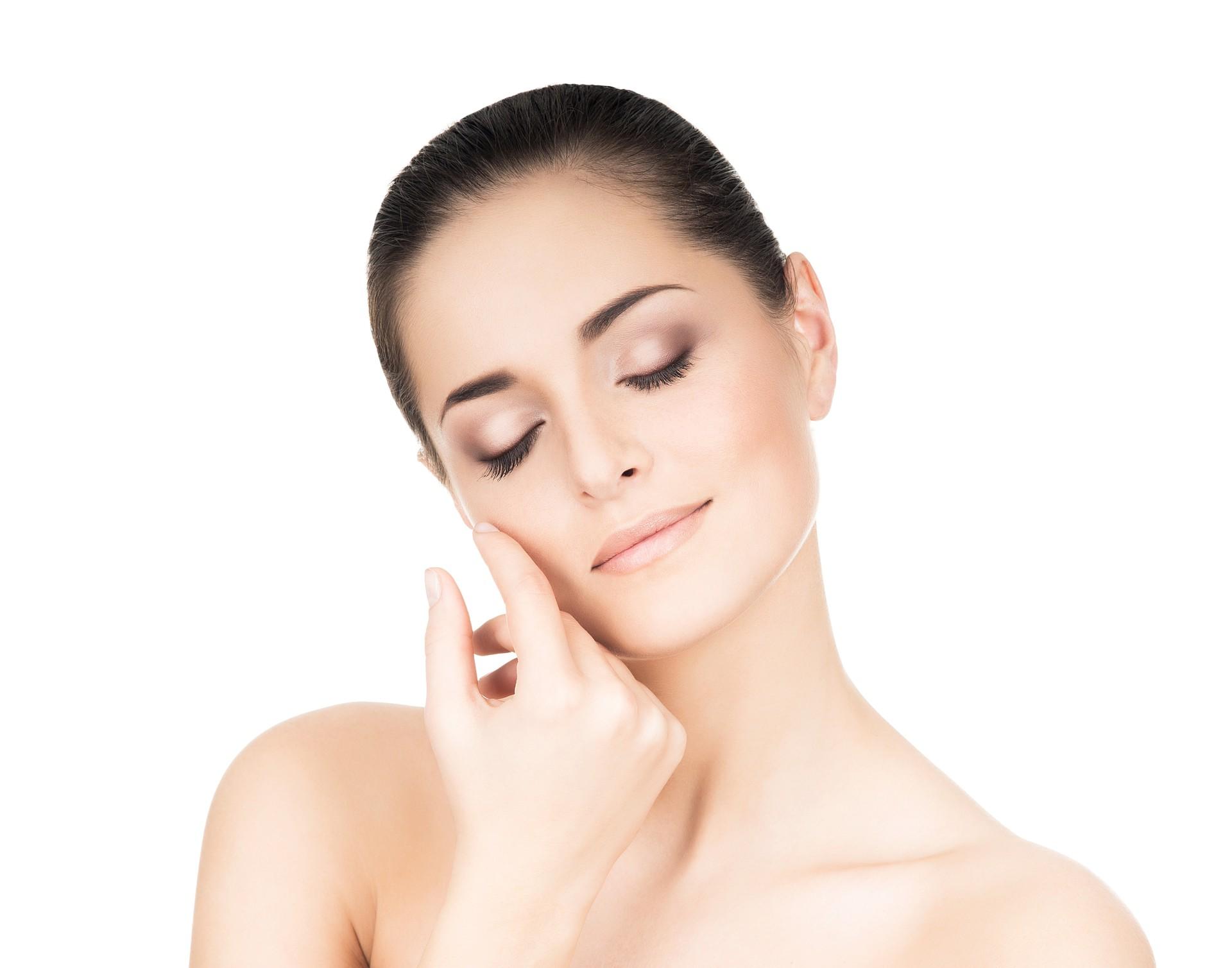 Kobieta gładząca swoją twarz